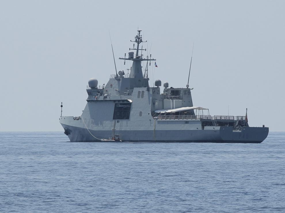 Spanish warship Audaz arrives to collect some 15 migrants who had been on board the charity ship Open Arms, off the Italian island of Lampedusa, Italy August 23, 2019. REUTERS/Mauro Buccarello NO RESALES. NO ARCHIVES [[[REUTERS VOCENTO]]] EUROPE-MIGRANTS/ITALY-SPAIN