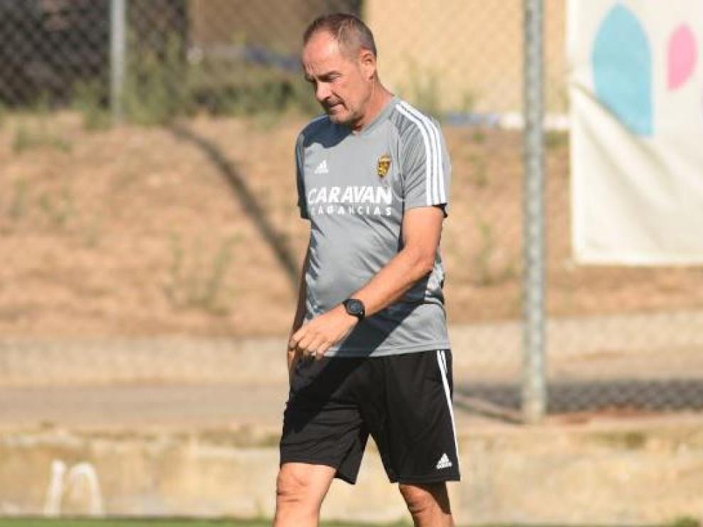 Víctor Fernández, pensativo, al inicio del entrenamiento del Real Zaragoza este viernes en la Ciudad Deportiva.