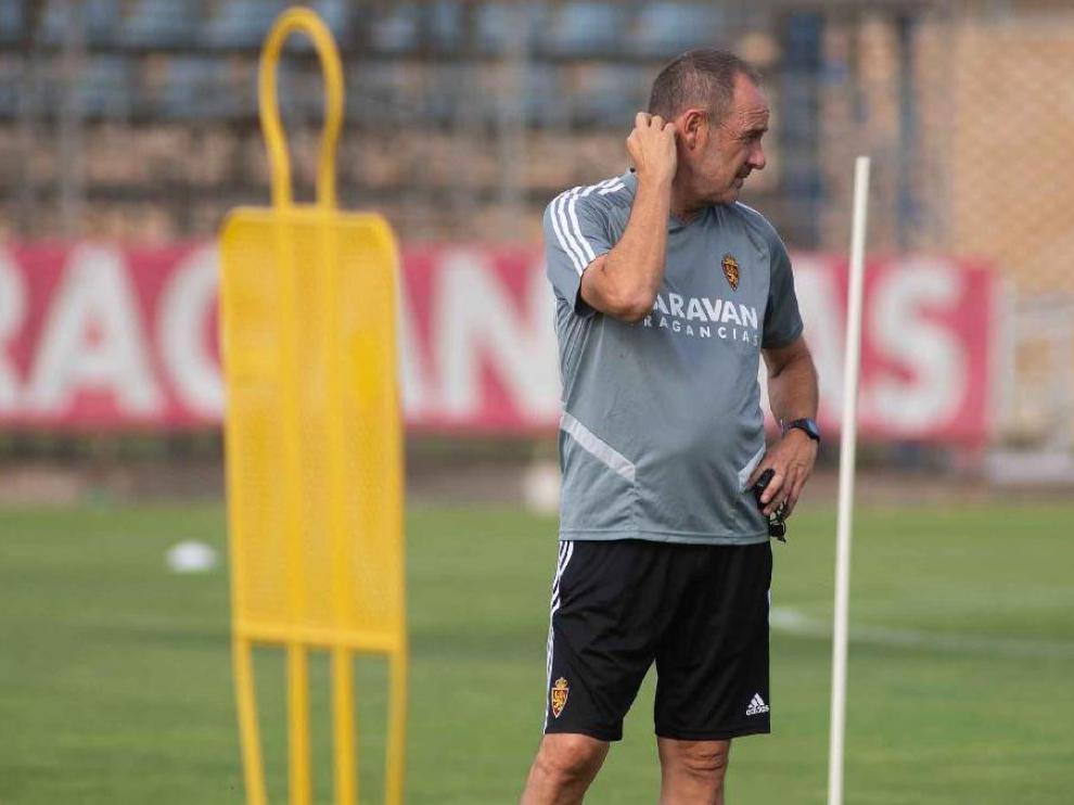 Víctor Fernández se rasca la nuca durante el entrenamiento del equipo en la Ciudad Deportiva.