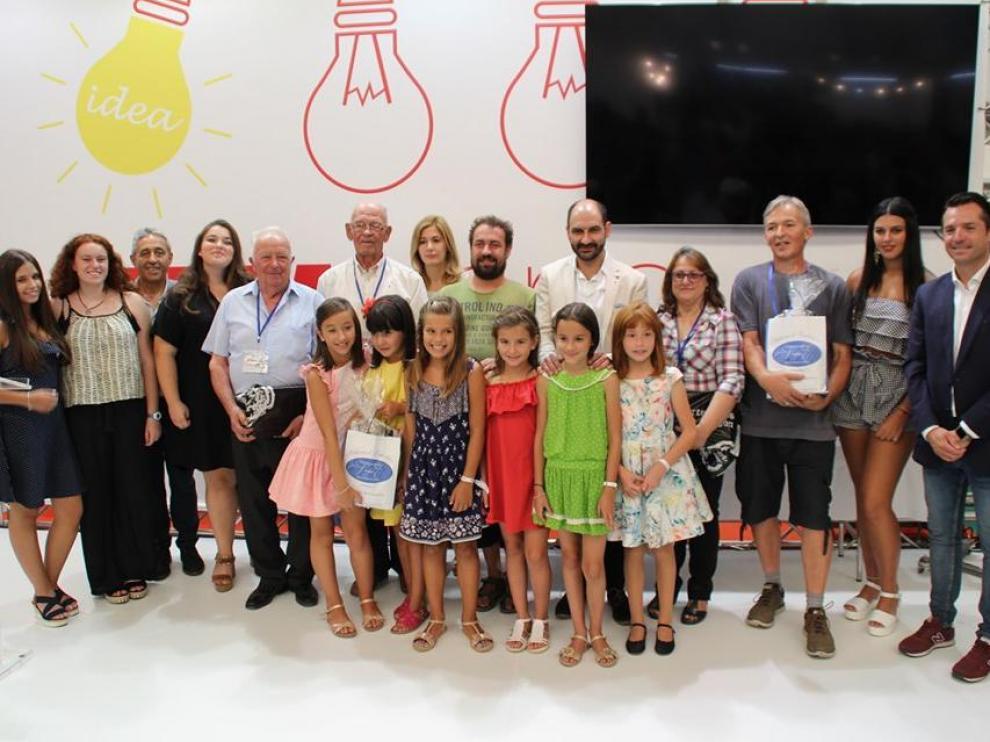 Foto de familia de los ganadores de la muestra con las damas de las fiestas y el alcalde Fernando Torres.