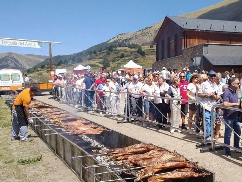 Los visitantes han guardado fila pacientemente para degustar el Ternasco de Aragón asado al espeto.