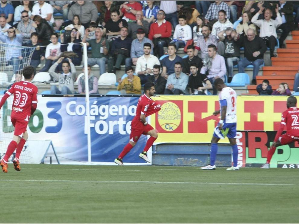 Imagen del último Ponferradina-Real Zaragoza, en mayo de 2016. Ángel, delantero zaragocista, celebra el 1-1 que llegó a final del partido para evitar la derrota aragonesa. Con él, se ve a Ortí y Diamanka; y al local Camille.