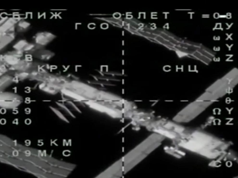 Imagen en la que se ve la Soyuz próxima a la Estación Espacial Internacional