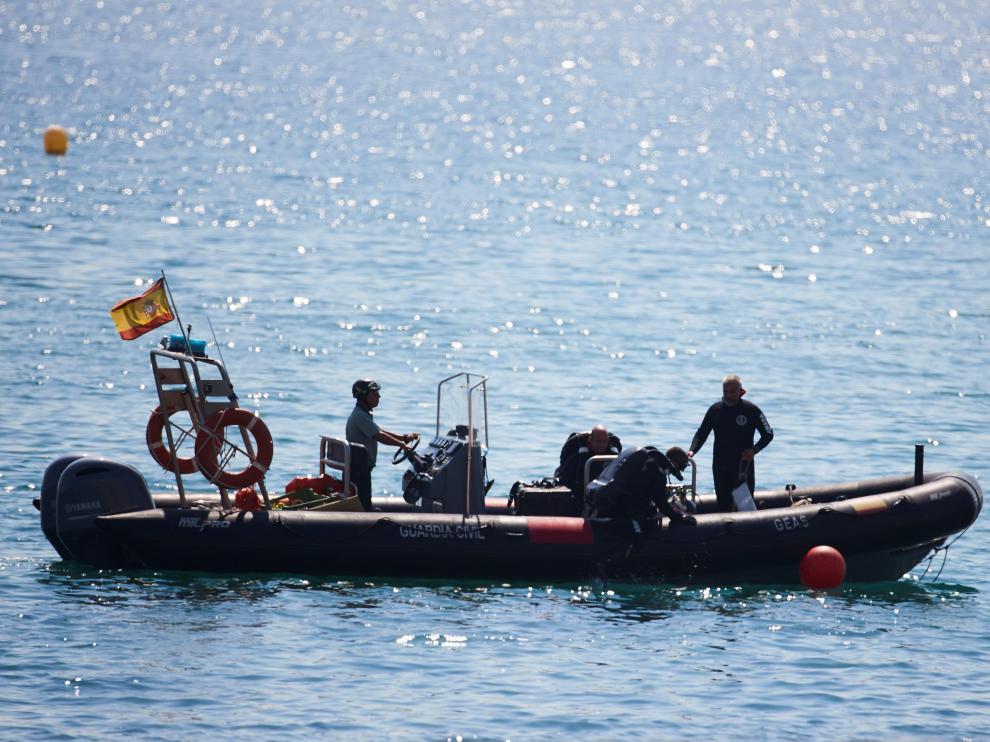 Artificieros de la Armada detonan a 45 metros bajo el mar la bomba de la Guerra Civil hallada en una playa de Barcelona.