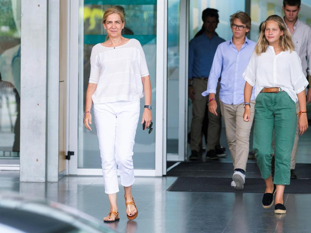 La infanta Cristina y tres de sus hijos han visitado al rey Juan Carlos este lunes.