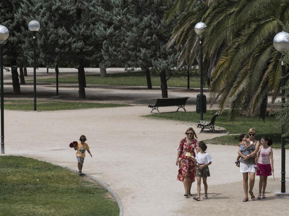 Las farolas del parque de la Aljafería eran unas de las que se iban a sustituir.