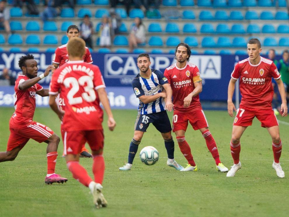 Nieto, a la derecha de la imagen; Javi Ros; detrás, Grippo; Igbekeme y Kagawa (de espaldas), rodean a Nacho Gil en un lance del Ponferradina-Real Zaragoza de este domingo.