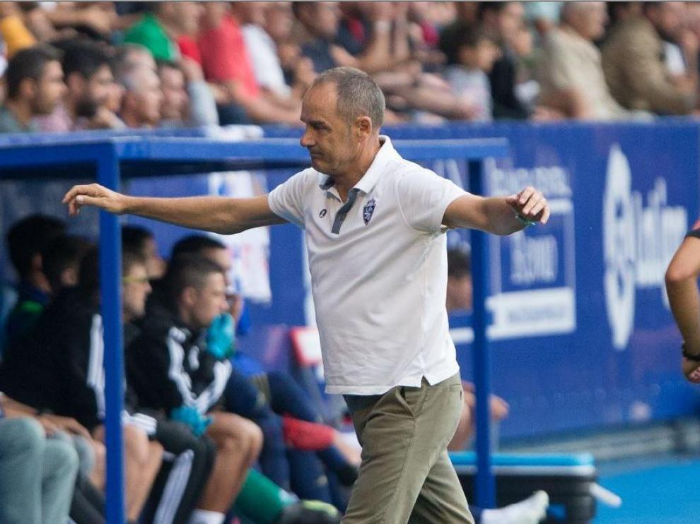 Víctor Fernández, con un gesto de enfado y cierta desesperación durante la recta final del partido del Real Zaragoza en Ponferrada este domingo.