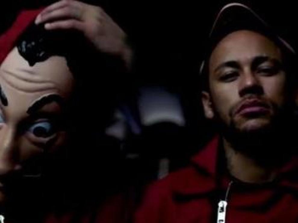 Neymar en dos fotogramas de una escena de la serie