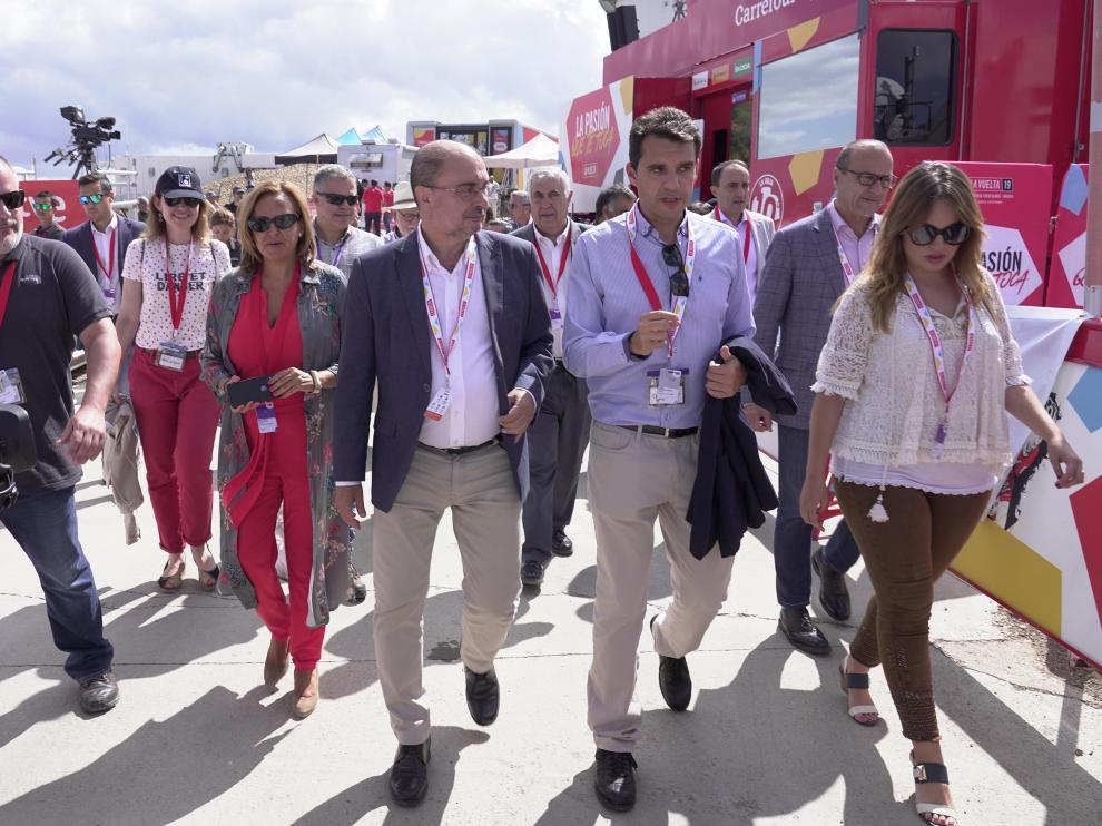 Javier Lambán, Mayte Pérez y Maru Díaz, ayer, en la llegada de la Vuelta a Teruel.