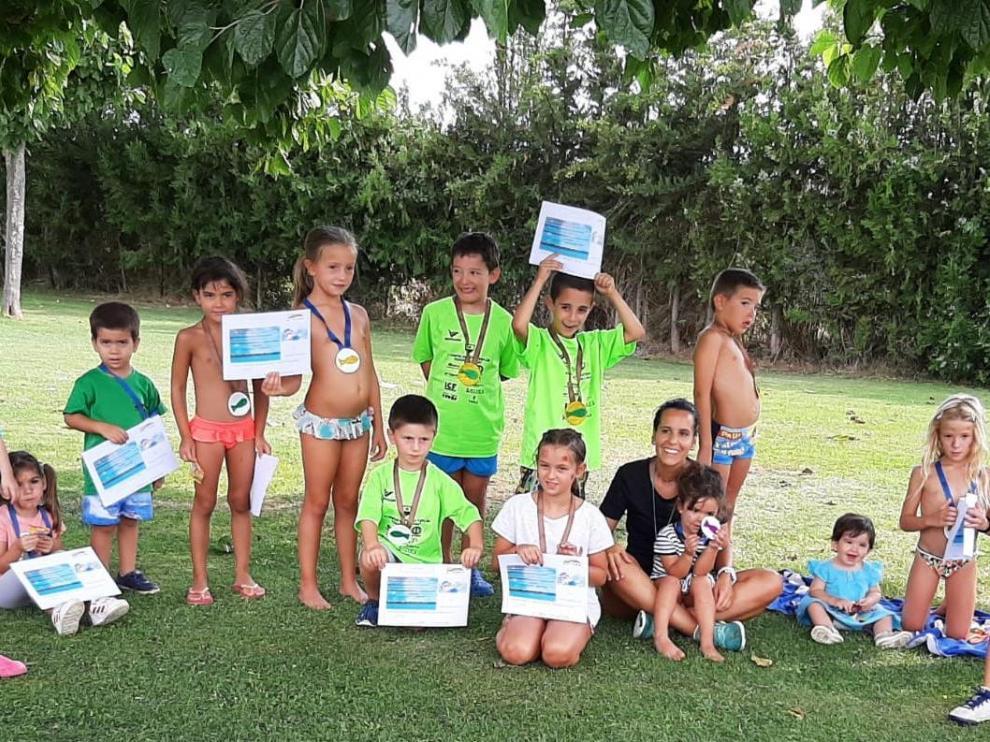 Niños de Esplús en un cursillo de natación este verano.
