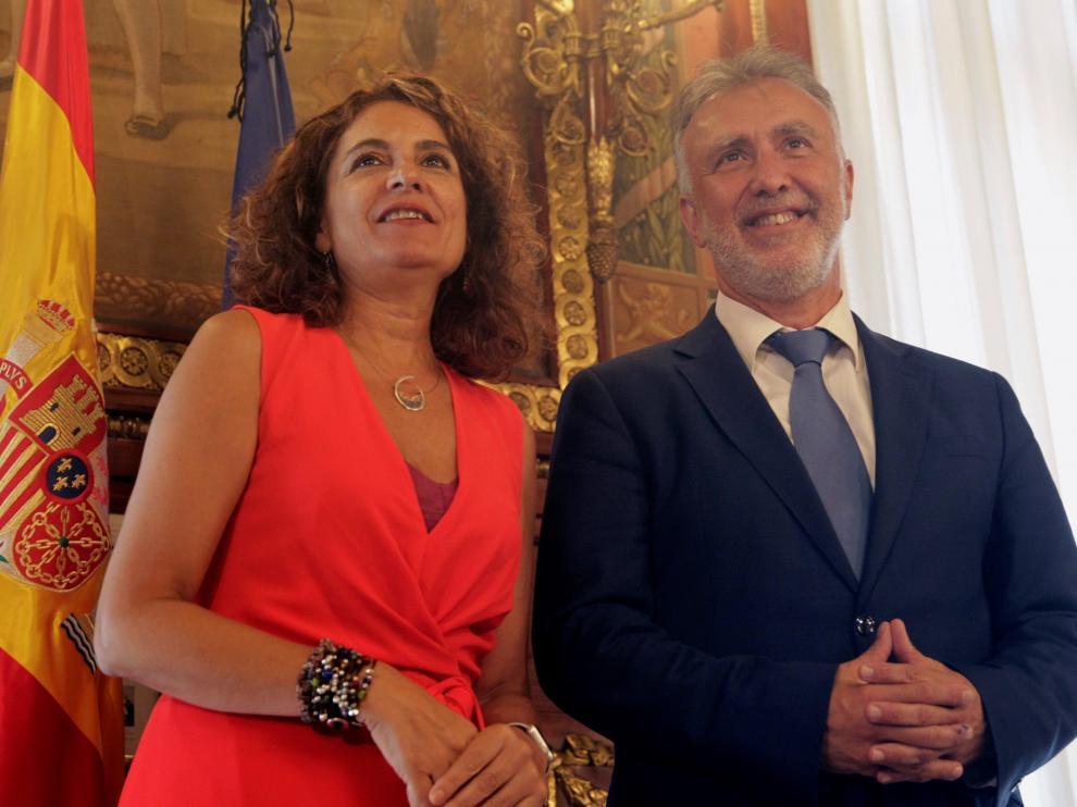 La ministra de Hacienda en funciones, María Jesús Montero, junto al presidente de Canarias.