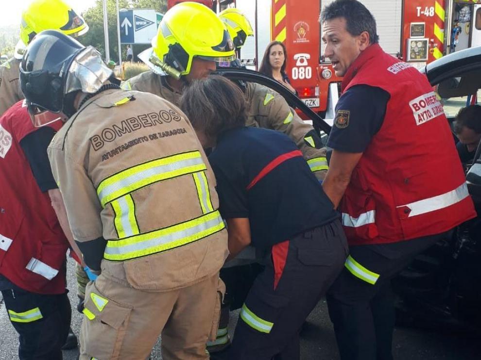 Momento en que los Bomberos de Zaragoza han sacado al conductor del vehículo accidentado