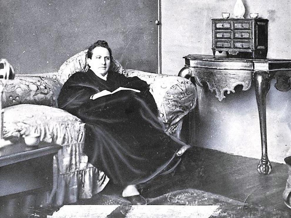 Gretrude Stein junto a su retrato, pintado por Picasso en 1906
