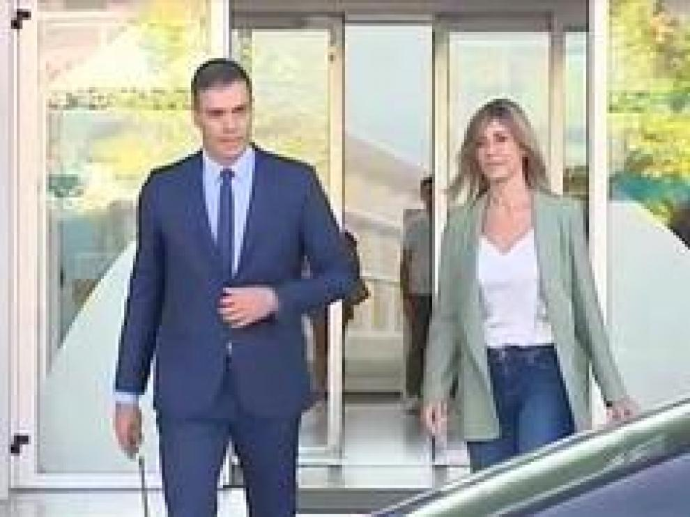El presidente del Gobierno en funciones, Pedro Sánchez, ha acudido al Hospital Universitario Quirón acompañado de su mujer, Begoña Gómez, para visitar al rey Juan Carlos, que se encuentra ingresado tras haber sido sometido a una intervención cardiaca.
