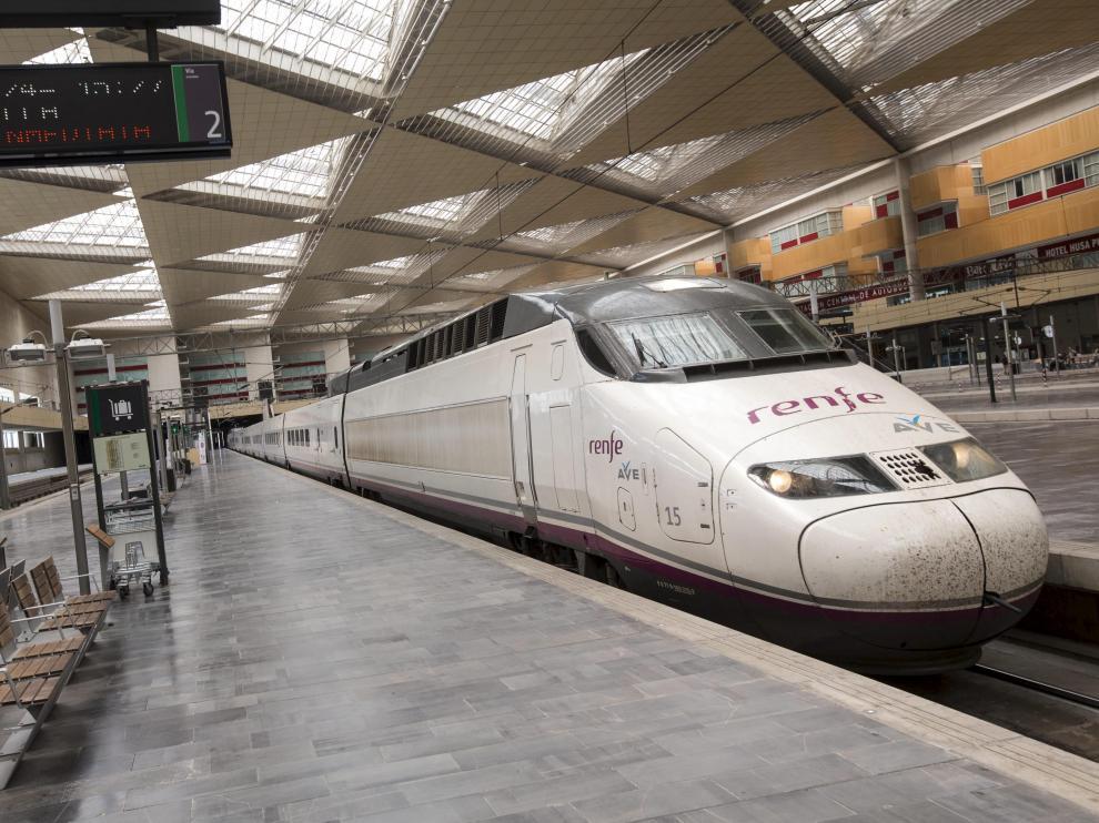 Un tren AVE en la estación de Zaragoza.