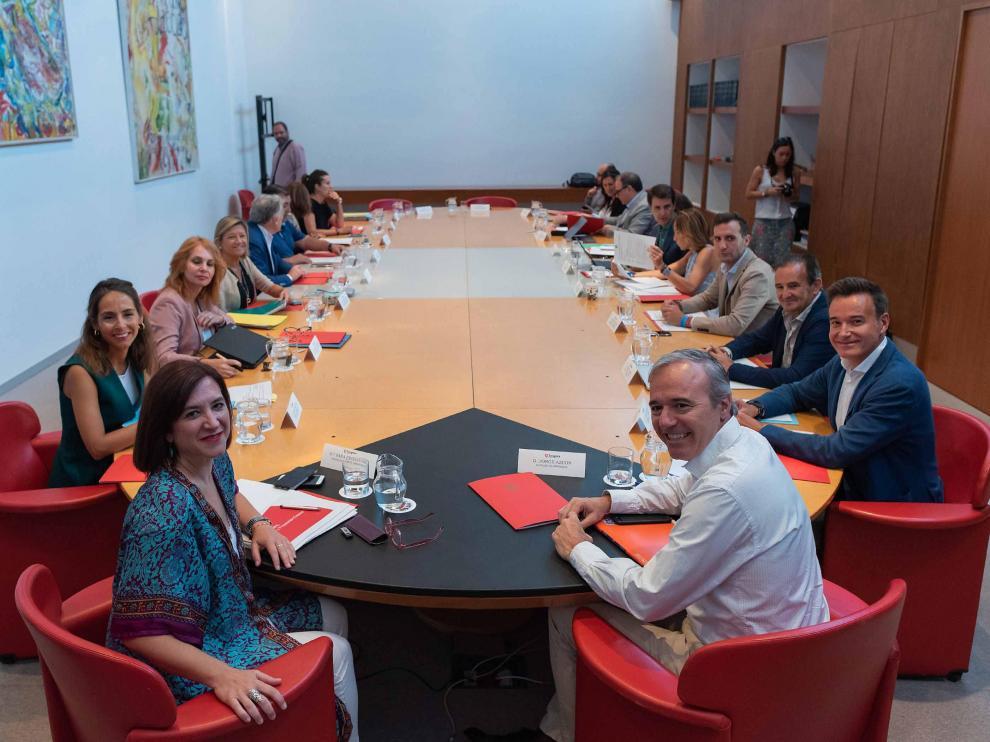 En primer plano, Sara Fernández y Jorge Azcón, junto al resto de miembros del gobierno PP-Cs.