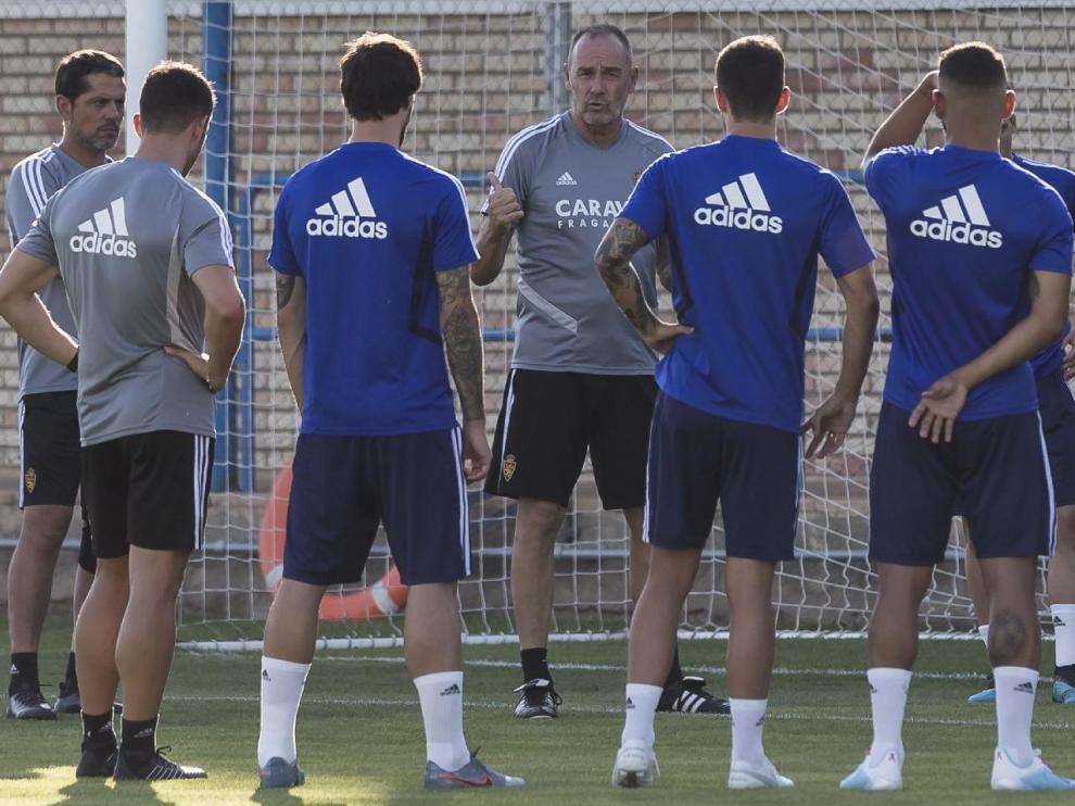Víctor Fernández, con su cuadro técnico, da instrucciones al equipo antes del entrenamiento del jueves, el último antes de recibir al Elche.