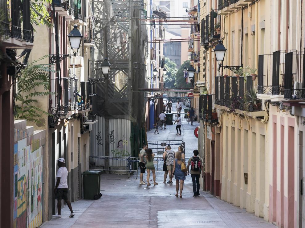 La calle de Pignatelli, a la altura del andamio que impide el paso de los Bomberos.