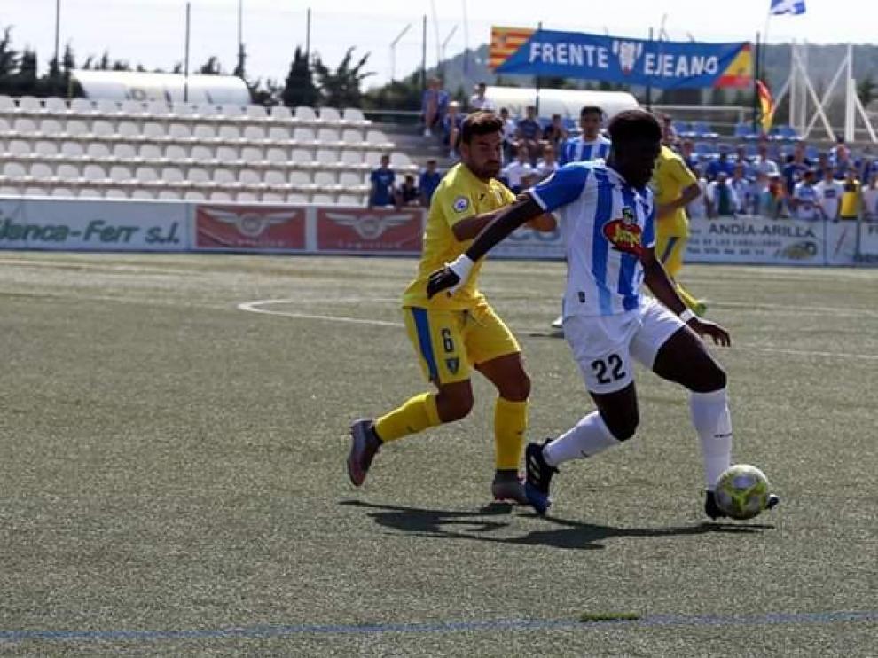 Ronald, futbolista de la SD Ejea, en un partido contra el Orihuela.