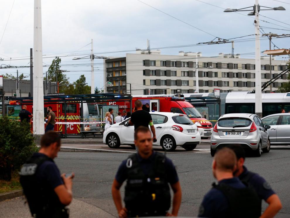 Un muerto y ocho heridos en un ataque con cuchillo cerca de Lyon.
