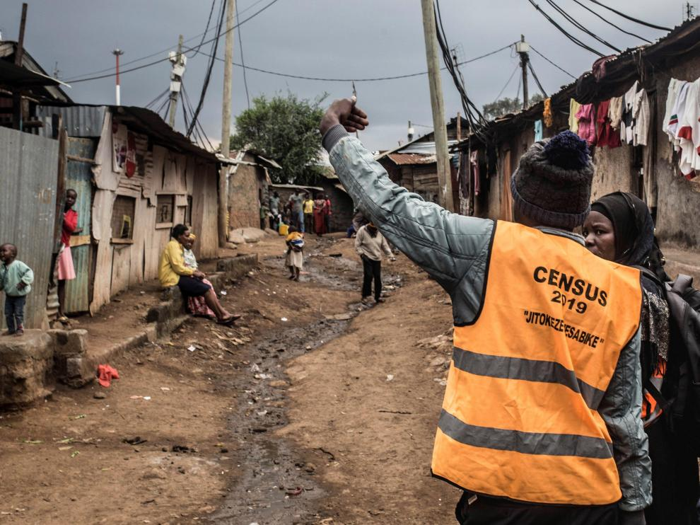 Uno de los encuestadores que recorre Kenia para recopilar datos demográficos.