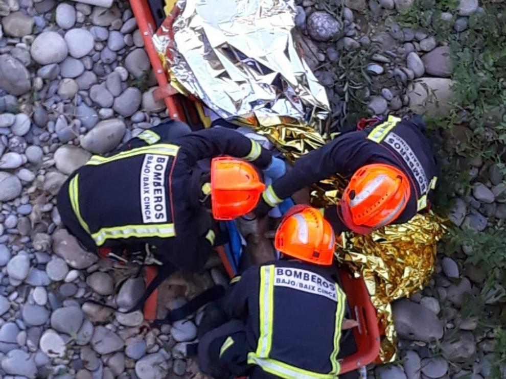 Los bomberos lo han introducido en una camilla para evacuarlo.
