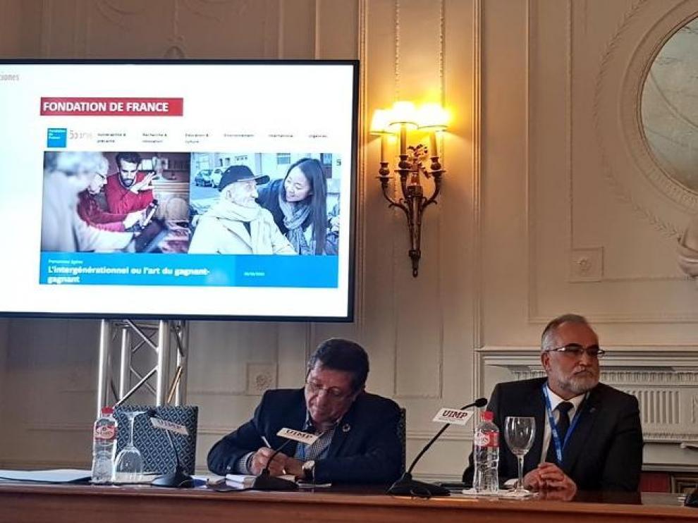 El Lugarteniente del Justicia, en el centro, en una ponencia sobre soledad ayer en Santander.