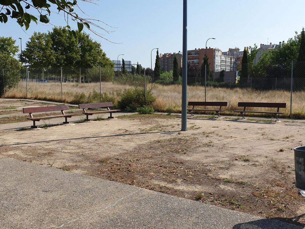 Bancos bajo un sol de justicia en Parque Goya