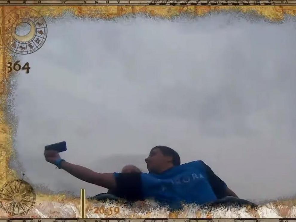 Momento en el que un joven atrapa un móvil al vuelo desde una montaña rusa de PortAventura.