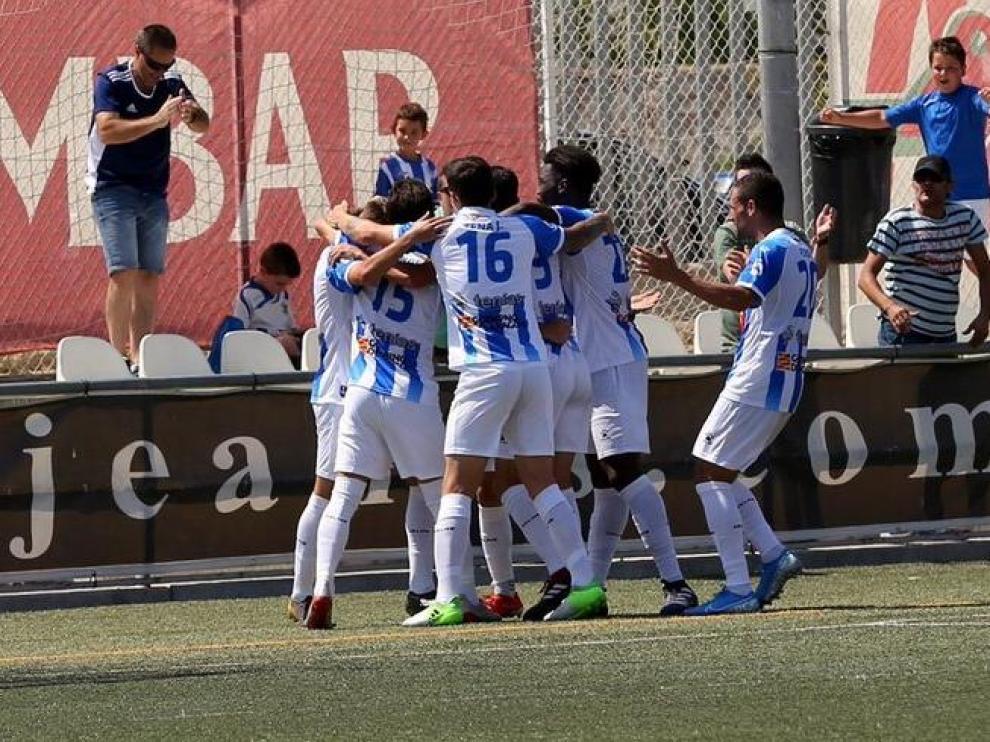 Los jugadores del Ejea celebran un tanto logrado en su estadio.