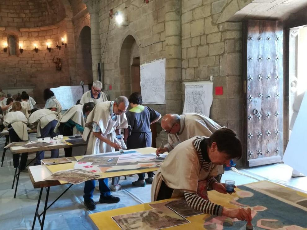 Los participantes en el taller dedicaron ayer toda la jornada a reproducir las pinturas murales de Urriés de la forma más fiel.