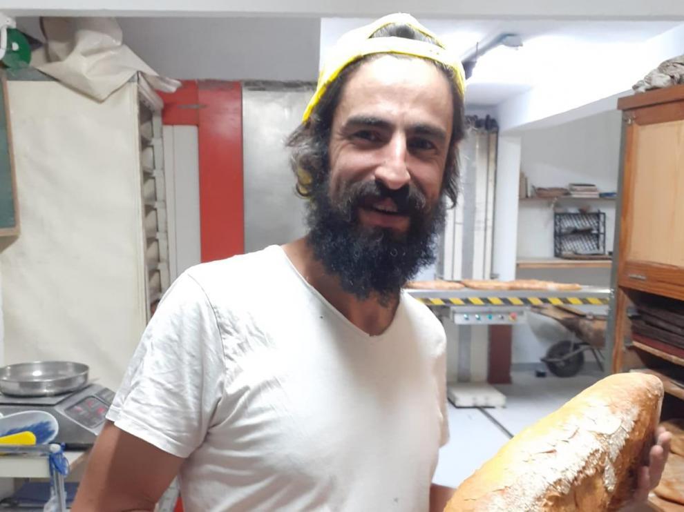 Víctor Charlez en su obrador de pan, ubicado en el municipio oscense de Naval.