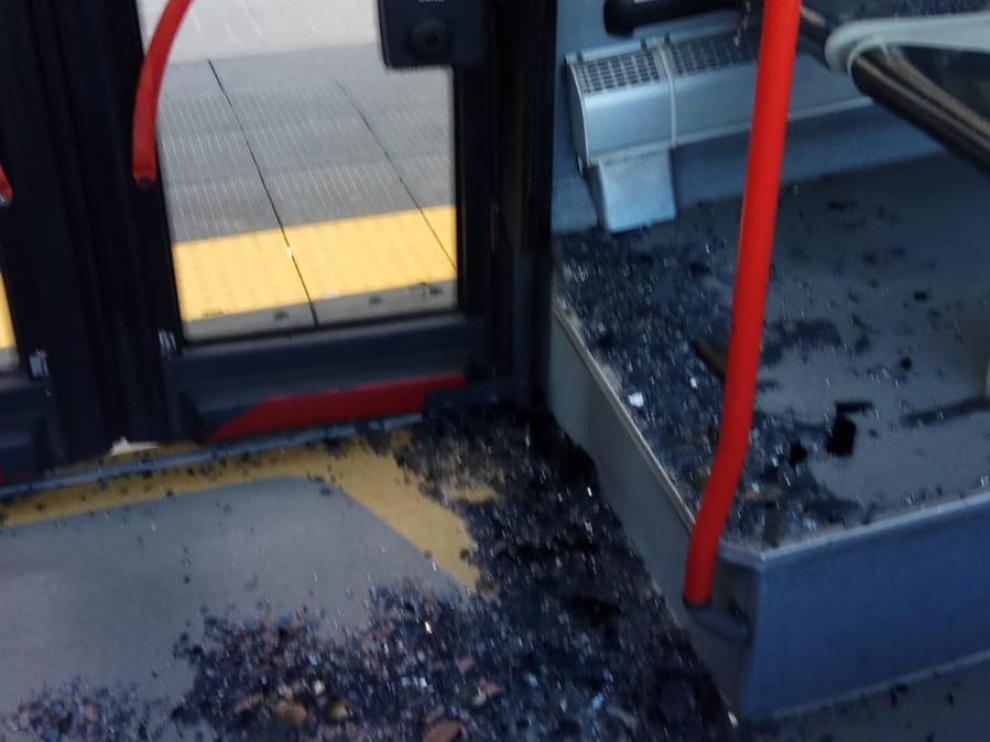 Cristales caídos sobre una viajera en un autobús de la línea 35 esta mañana.