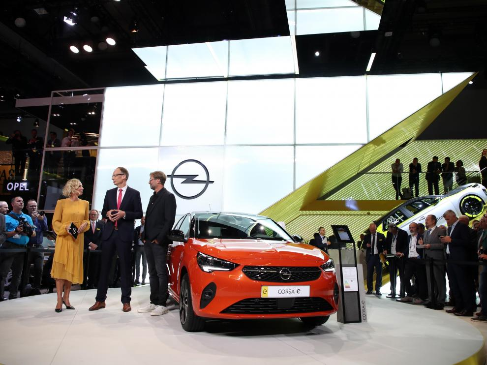 Frankfurt Am Main (Germany), 10/09/2019.- Chief executive of German carmaker Opel, Michael Lohscheller (C) next to German professional football manager, Juergen Klopp (R) attend the Opel presentation in the International Motor Show (IAA) in Frankfurt, Germany, 10 September 2019. The 2019 International Motor Show Germany IAA 2019, which this year promotes itself under the motto 'Driving tomorrow', takes place in Frankfurt am Main from 12 to 22 September 2019. The IAA 2019 will also feature numerous world premieres, and has a special focus on electric mobility and digitization. (Alemania) EFE/EPA/FRIEDEMANN VOGEL IAA 2019 - International Motor Show