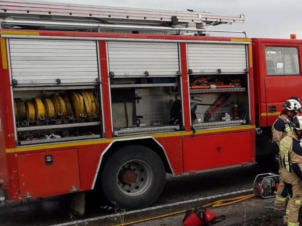 Los bomberos de la DPZ y del Bajo Cinca excarcelaron el cuerpo sin vida del conductor del turismo.