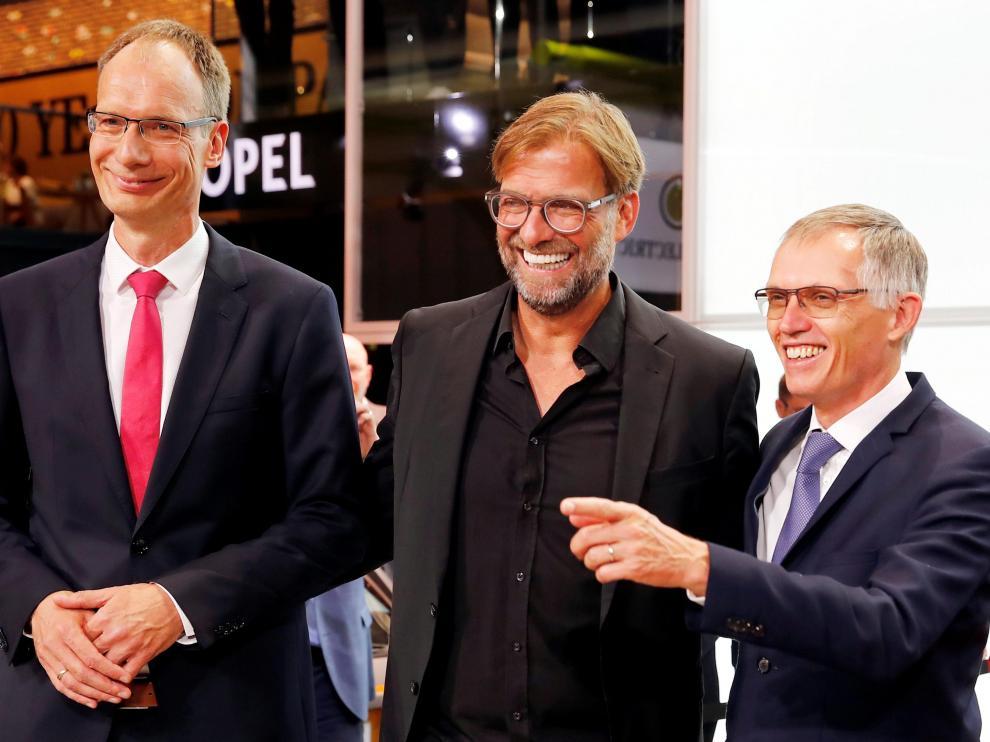 Michael Lohscheller, CEO de Opel; Jurgen Klopp, entrenador del Liverpool y Carlos Tavares, director ejecutivo del grupo PSA, este martes en Fráncfort.