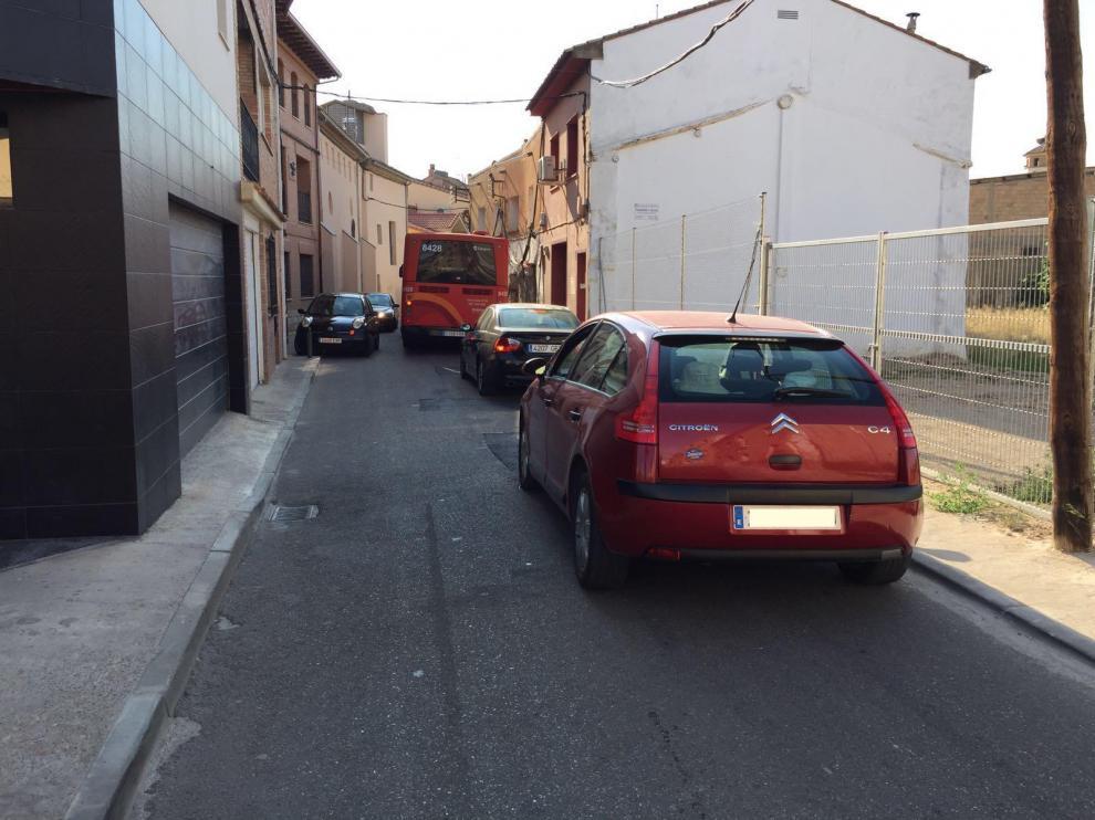 En el punto más estrecho de la calle de San Juan son frecuentes los embotellamientos