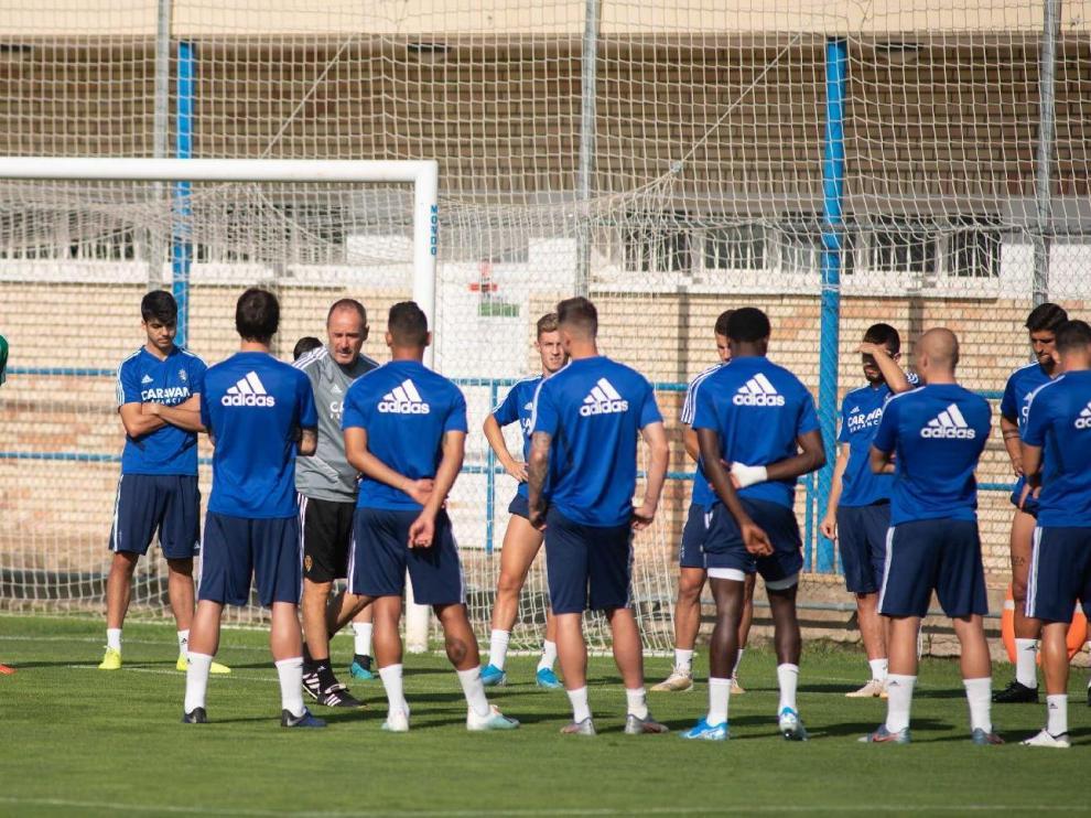 Víctor Fernández, en la charla inicial del entrenamiento en la Ciudad Deportiva.