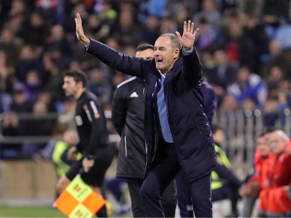 Víctor Fernández, nervioso y alterado, en la recta final del Real Zaragoza-Extremadura del año pasado, jugado el 22 de diciembre. Era su debut, con el equipo penúltimo y destrozado tras la primera vuelta con Idiakez y Alcaraz. Ganó el Zaragoza 2-1.