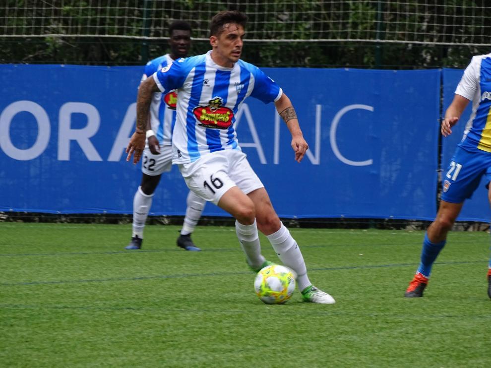 Un jugador del Ejea conduce el esférico ante el Andorra.