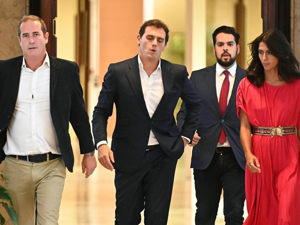 El presidente de Ciudadanos, Albert Rivera (2i), junto a su secretario de Comunicación, Fernando de Páramo (2d), entre otros, a su llegada a la reunión que ha mantenido con el líder del PP