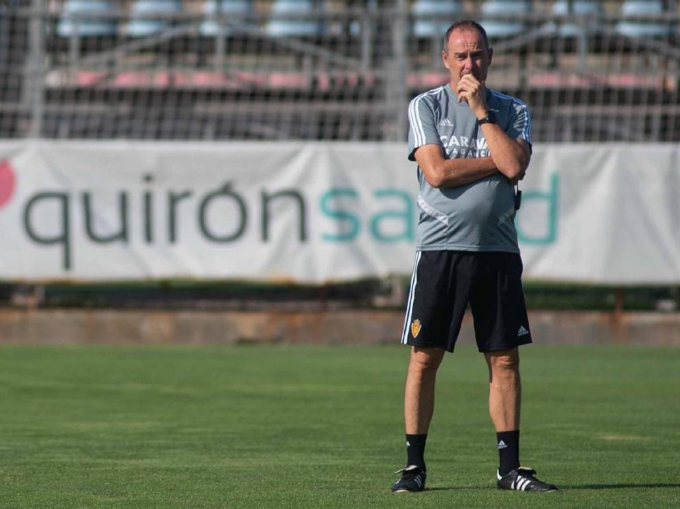 Víctor Fernández, pensativo, en el entrenamiento del equipo en la Ciudad Deportiva.