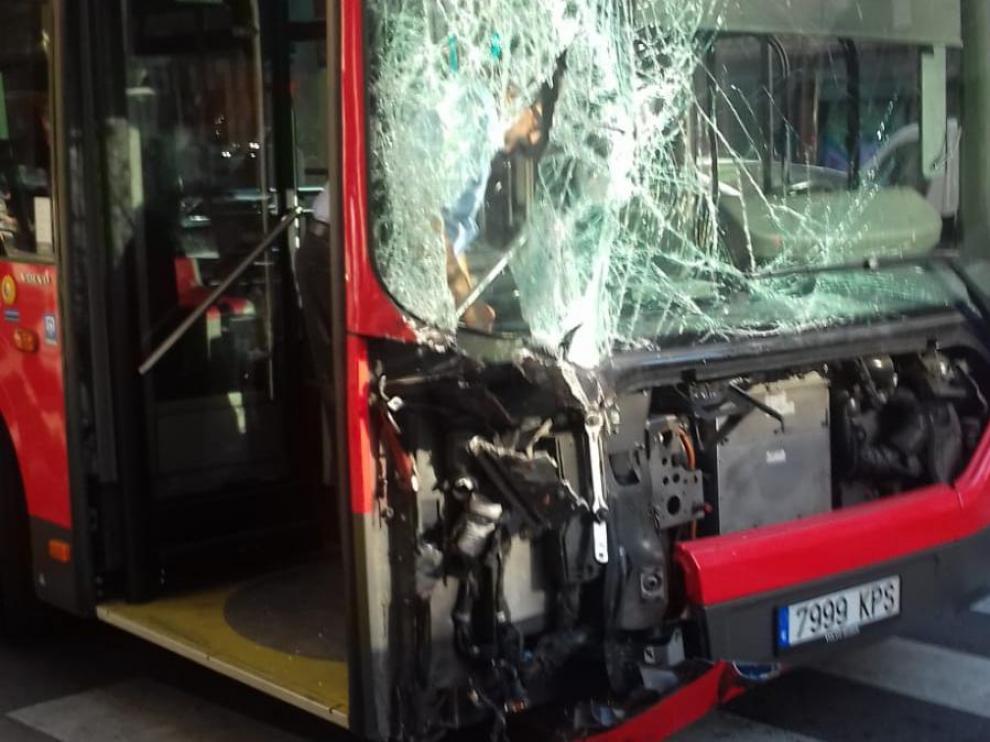 Así ha quedado uno de los autobuses implicados en el choque
