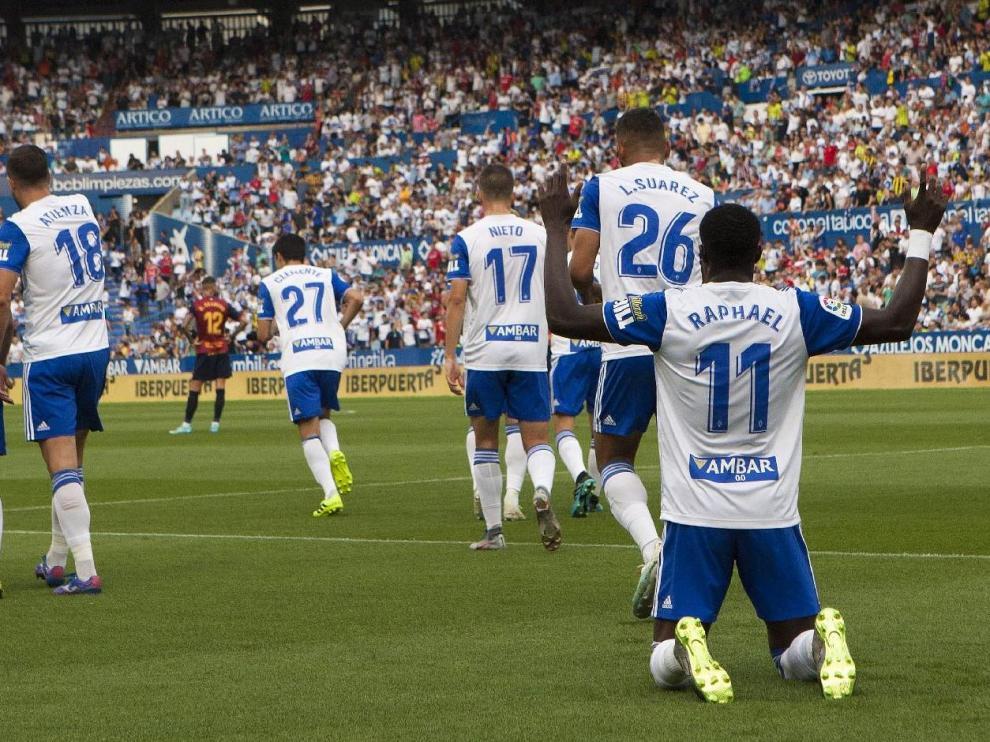 Celebración del 1-0 en el último triunfo del Real Zaragoza ante el Extremadura, por 3-1, en La Romareda.