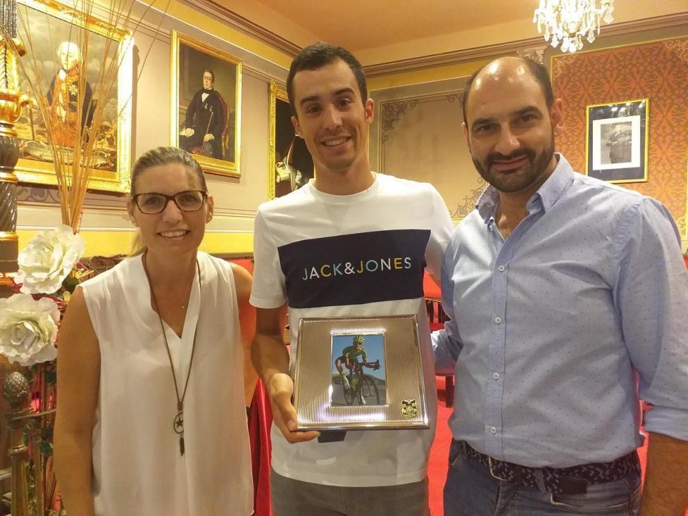El alcalde y la teniente de alcalde felicitaron a Samitier y le entregaron una fotografía del ciclista en plena competición con un marco de plata con el escudo de la ciudad del Vero.