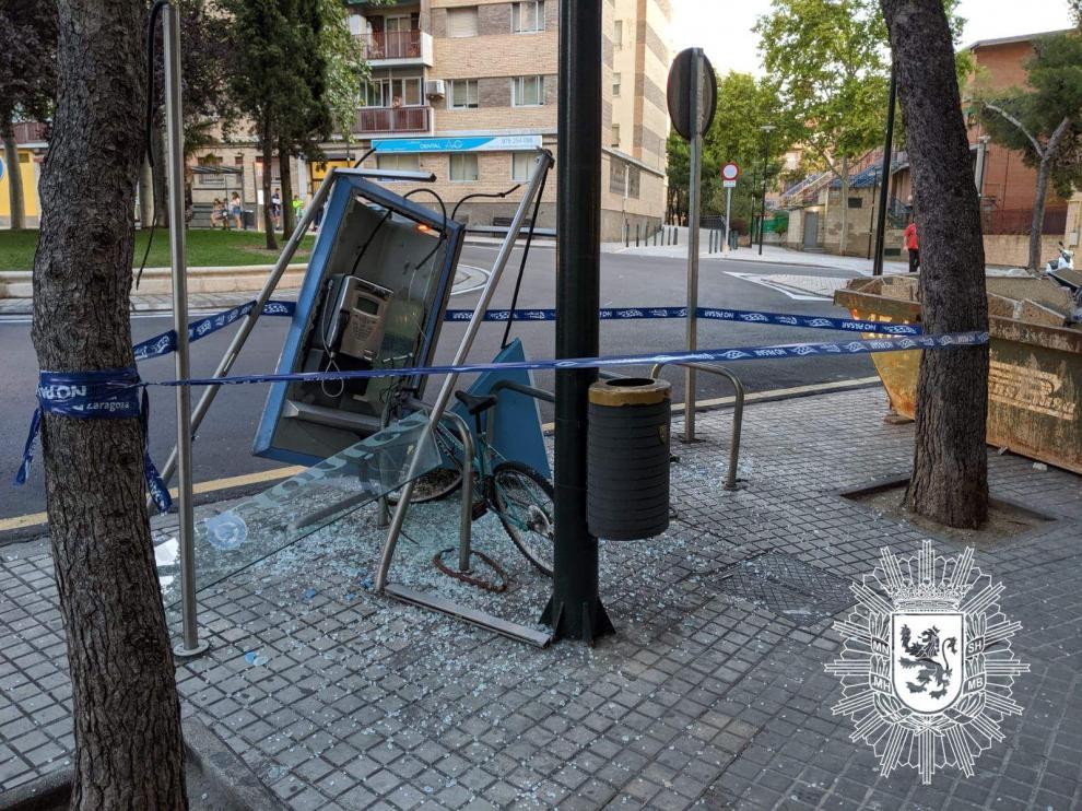Estado en que ha quedado la cabina de teléfono, tras la colisión.