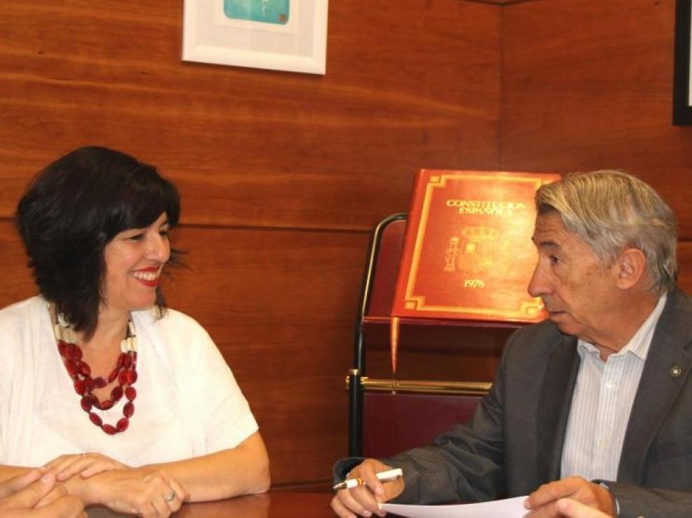 Marta Gracia, alcaldesa de La Almunia, y Aurelio López de Hita, presidente de Cepyme y Aymez, en la firma del convenio.