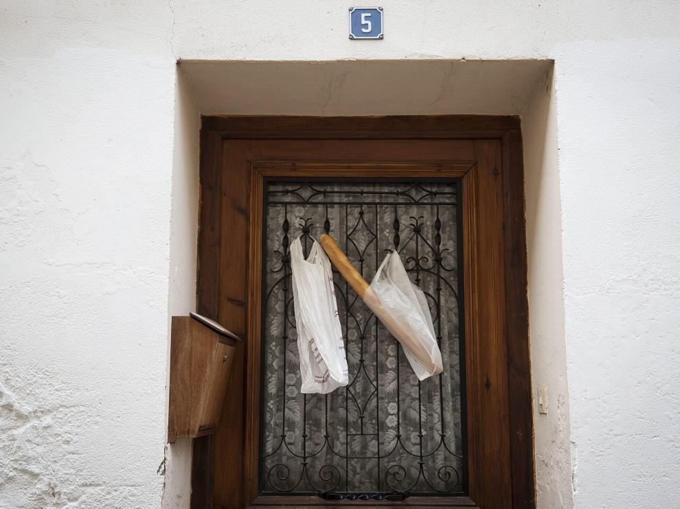En pan cuelga de la puerta de casa, de las cosas que pasaban antes y que aún pasan en sitios especiales como Abiego