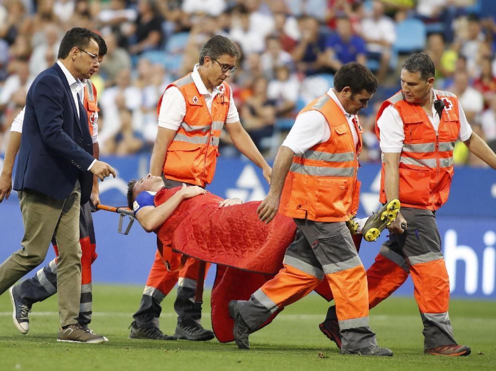 Momento en el que Vigaray es retirado en camilla tras lesionarse el sábado en el minuto 59 del partido entre el Real Zaragoza y el Lugo en La Romareda.